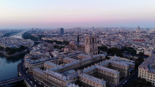 パリのノートルダム大聖堂の空撮 - セーヌ川点の映像素材/bロール