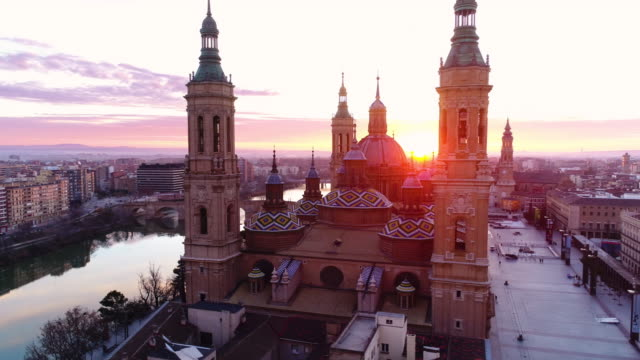 vídeos de stock e filmes b-roll de aerial view of nuestra senora del pilar basilica and ebro river at sunset - cultura espanhola