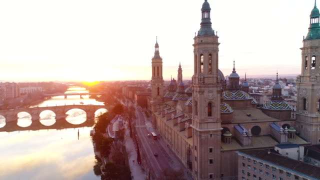 vidéos et rushes de aerial view of nuestra senora del pilar basilica and ebro river at sunset - spain