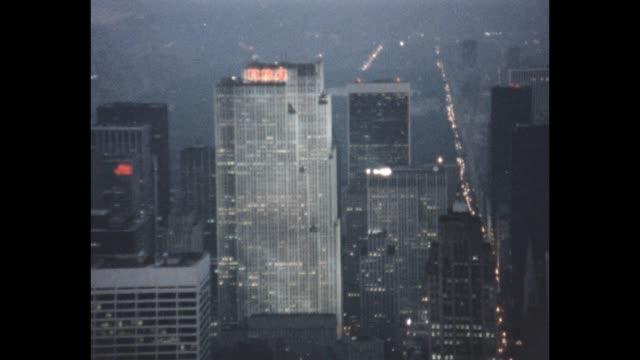vídeos de stock, filmes e b-roll de 1985 aerial view of nyc - centro rockefeller