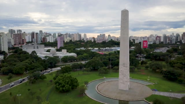 aerial view of obelisk in sao paulo with drone - centro da cidade stock videos & royalty-free footage