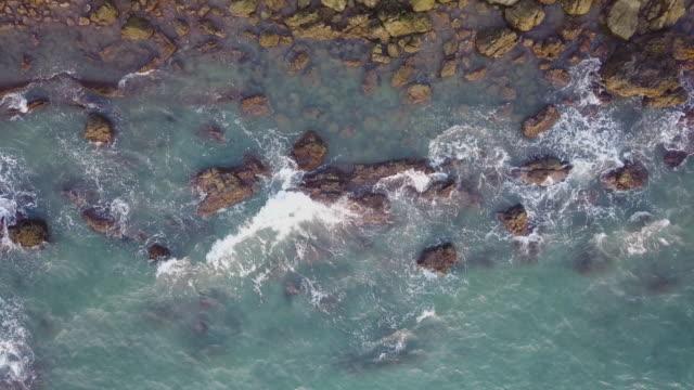 vídeos y material grabado en eventos de stock de vista aérea de las olas olas oceánicas y la costa rocosa - en lo alto posición descriptiva