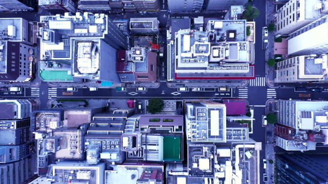 stockvideo's en b-roll-footage met aerial view of office street - uitzoomen