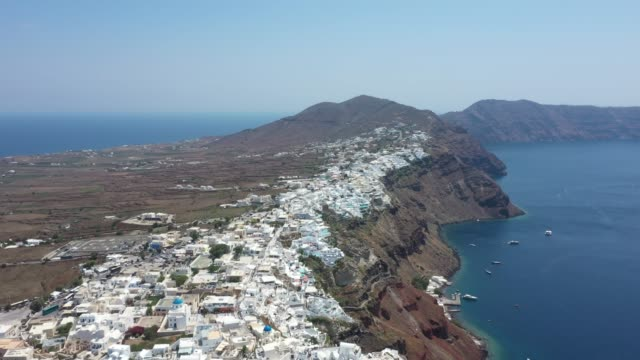vídeos de stock e filmes b-roll de aerial view of oia, santorini, greece - oia santorini