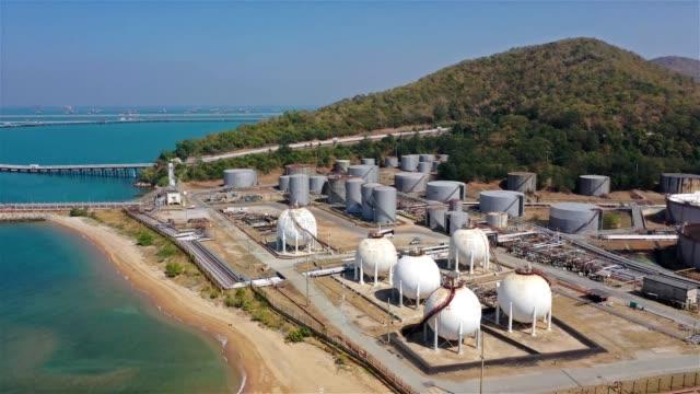 vídeos de stock, filmes e b-roll de vista aérea da zona da indústria de refinarias de petróleo e gás - indústria petrolífera