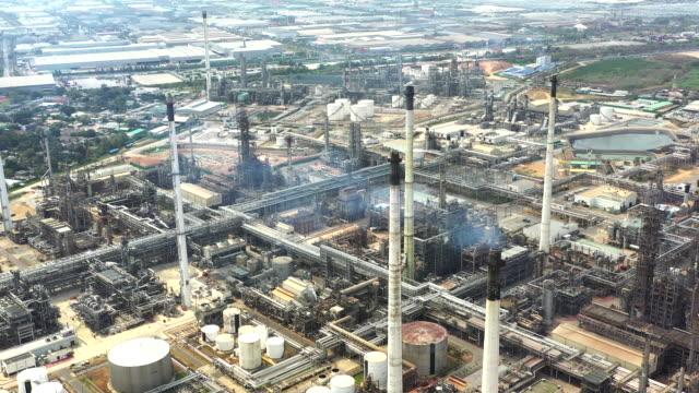 vidéos et rushes de vue aérienne de l'usine pétrolière et pétrochimique - manufacturing occupation