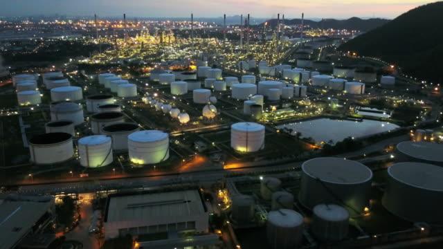 stockvideo's en b-roll-footage met luchtfoto van olie raffinaderij fabriek in thailand - productielijn werker