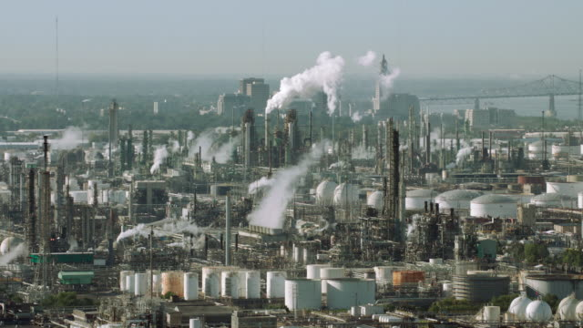 aerial view of oil refinery in baton rouge, la - industria petrolifera video stock e b–roll