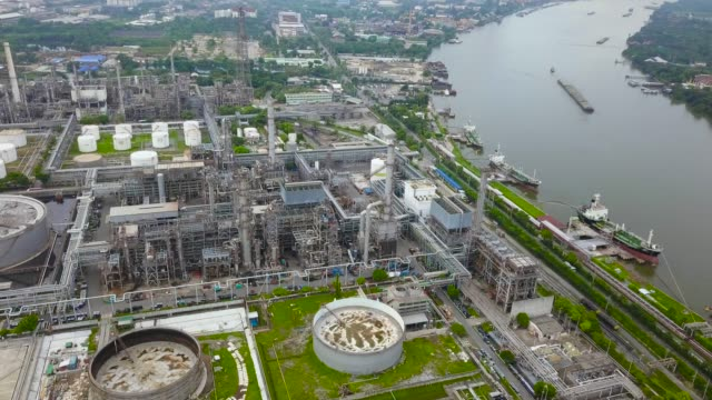 vídeos de stock, filmes e b-roll de vista aérea da refinaria de petróleo de planta - refinaria