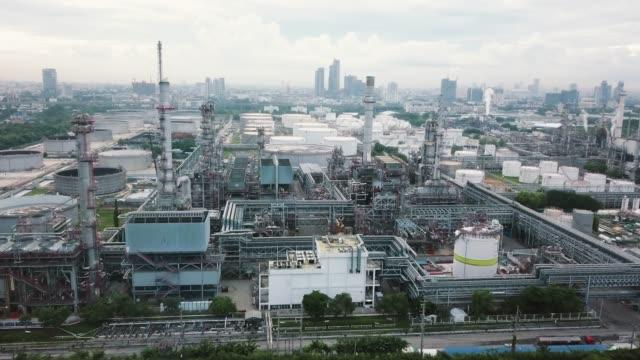 luftbild von öl-raffinerie werk - day stock-videos und b-roll-filmmaterial