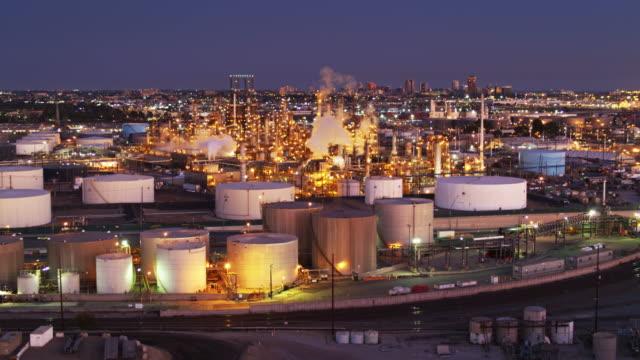 vídeos de stock e filmes b-roll de aerial view of oil refinery with skyline of long beach, ca in distance - wilmington cidade de los angeles