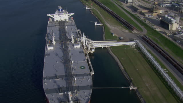 vidéos et rushes de aerial view of oil tanker docked at valero in tule lake channel, corpus christi, texas. - industrie du pétrole