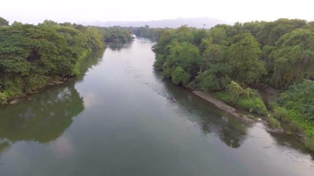Aerial View alte Gemeinde neben Fluss