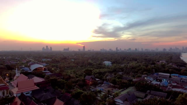 Luchtfoto van oude Gemeenschap Riverside Village en City als achtergrond in de schemering, Bangkok, Thailand