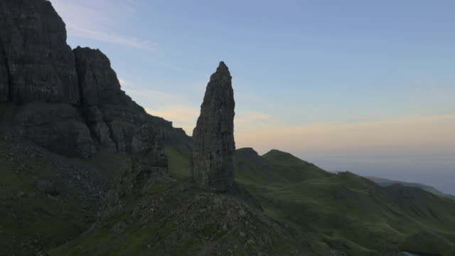vídeos de stock e filmes b-roll de aerial view of old man of storr scotland - pináculo formação rochosa