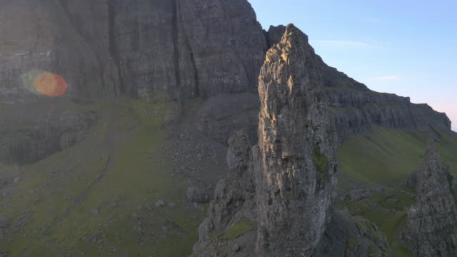 vídeos de stock e filmes b-roll de aerial view of old man of storr skye uk - pináculo formação rochosa