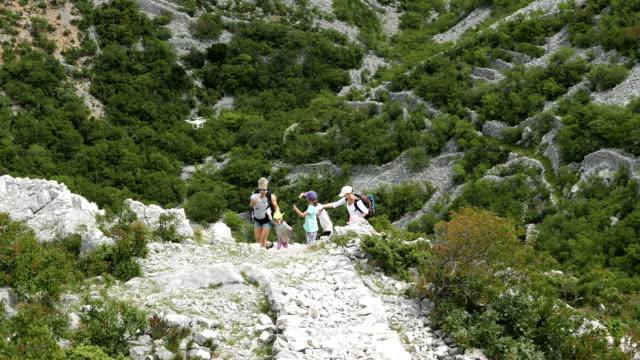 Luftaufnahme Ruinen von alten. Menschen, die auf die Berggipfel mit Ruinen Klettern