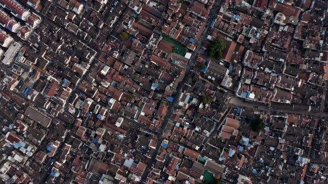 vídeos de stock e filmes b-roll de aerial view of old shanghai residential area - expansão urbana