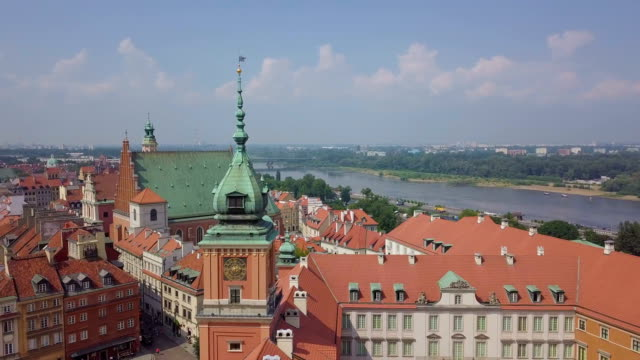 aerial view of old town and the royal castle / warsaw - varsavia video stock e b–roll