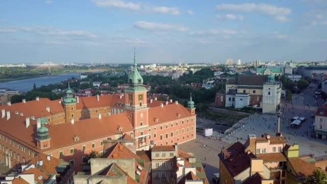vídeos de stock, filmes e b-roll de aerial view of old town and the royal castle / warsaw - palacio