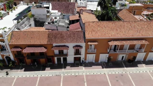 vidéos et rushes de vue aérienne du quartier de vieille ville à cartagena en colombie - station de vacances