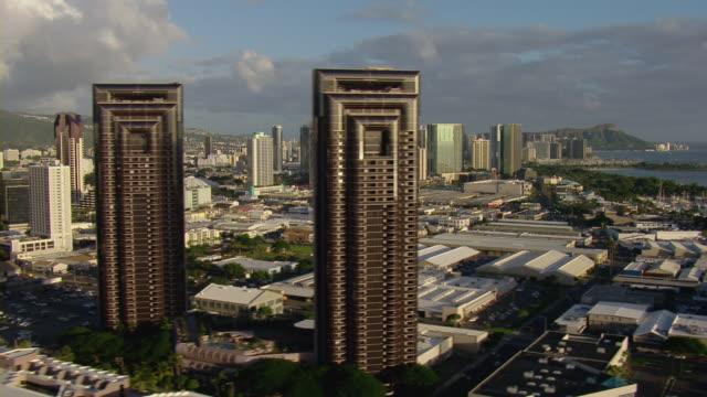 vídeos y material grabado en eventos de stock de aerial view of one waterfront tower mauka and surrounding skyscrapers in honolulu hawaii. - honolulu