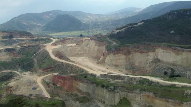 vídeos y material grabado en eventos de stock de aerial view of open pit mine on mountainside near mosquera, colombia - mina