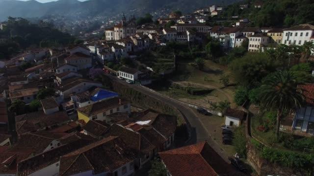 vídeos de stock e filmes b-roll de aerial view of ouro preto in minas gerais and san francisco de paula church - preto