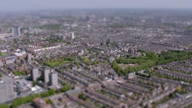 英國外倫敦鳥瞰圖。4k - high street 個影片檔及 b 捲影像