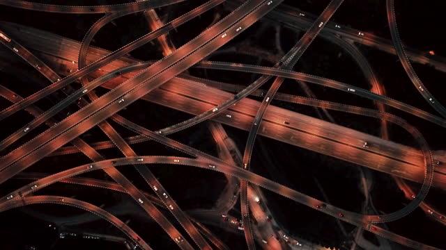 vidéos et rushes de vue aérienne t/l du passage supérieur et de la circulation dense la nuit - évolution de l'espèce