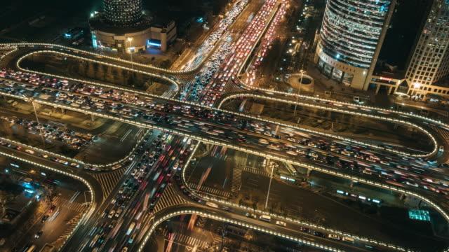 t/l pan luftaufnahme von überführung und stadtverkehr in der nacht / peking, china - richtung stock-videos und b-roll-filmmaterial