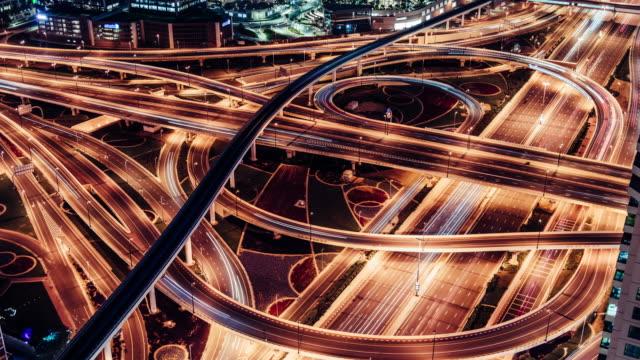 vídeos y material grabado en eventos de stock de t/l zo vista aérea del paso elevado y el tráfico de la ciudad por la noche / dubái, eau - fast motion