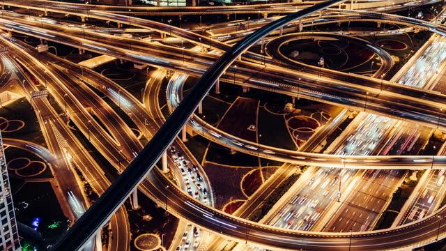 t/l pan luftaufnahme von überführung und stadtverkehr in der nacht / dubai, vae - fortschritt stock-videos und b-roll-filmmaterial