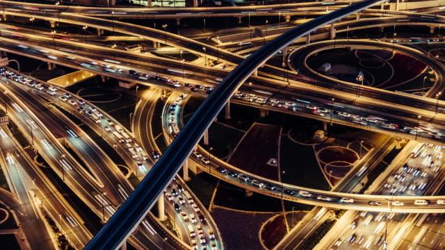 vidéos et rushes de t/l ms pan vue aérienne du viaduc, du métro et du trafic urbain la nuit / dubaï, émirats arabes unis - échangeur