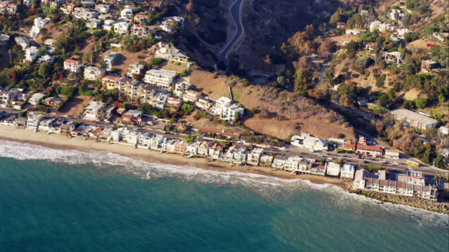 ha aerial view of pacific coast highway and beach houses in malibu, red r3d 4k, 4k, 4kmstr - malibu stock videos & royalty-free footage