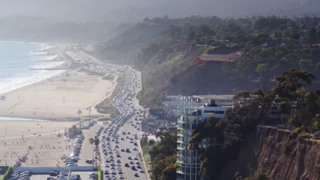stockvideo's en b-roll-footage met luchtfoto van de pacific coast highway, leidende uit santa monica naar malibu - malibu