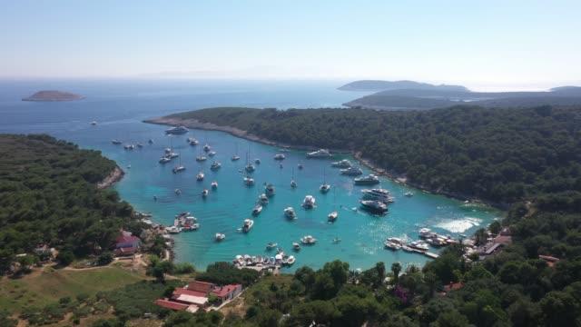 vidéos et rushes de vue aérienne de la plage de palmizana dans l'île de paklinski, hvar, croatie - beauté de la nature