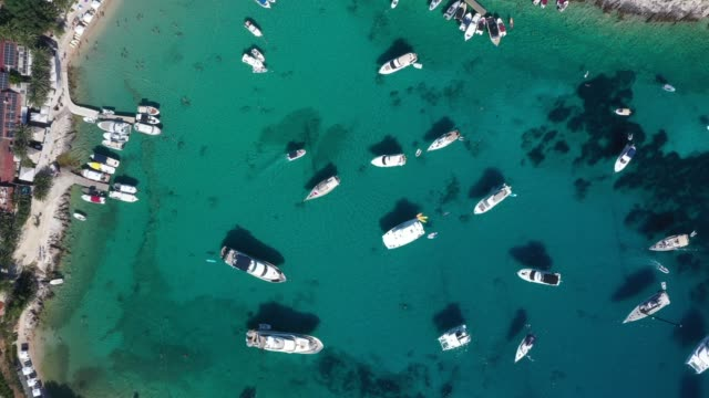 vidéos et rushes de vue aérienne de la plage de palmizana dans l'île de paklinski, hvar, croatie - lieu de tournage non us