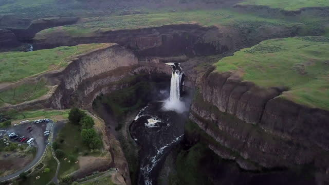 vídeos de stock e filmes b-roll de aerial view of palouse falls and car park - vale
