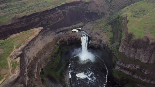 aerial view of palouse falls and surrounding cliffs - palouse stock videos & royalty-free footage