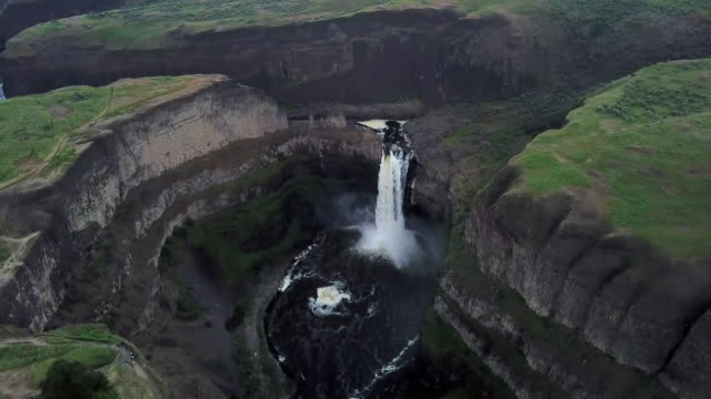 aerial view of palouse falls then panning closer - eroded stock videos & royalty-free footage