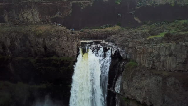 aerial view of palouse falls then panning out - palouse stock videos & royalty-free footage