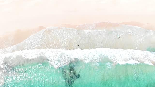 vídeos y material grabado en eventos de stock de aerial view of paradise beach with turquoise water with breaking waves in fuerteventura island. spain. playas paradisiacas a vista de dron en la isla de fuerteventura. - idyllic