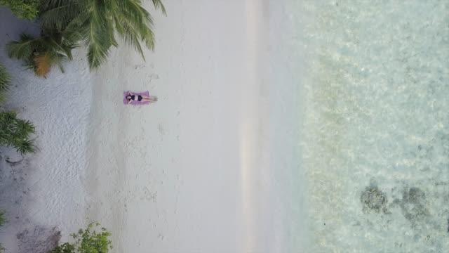 vídeos de stock, filmes e b-roll de vista aérea da ilha paradisíaca em maldivas - toalha de praia