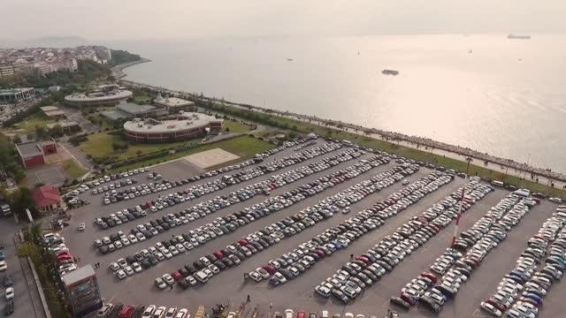 vídeos de stock, filmes e b-roll de vista aérea de carros estacionados stock video turquia, istambul, distrito de kadikoy, estacionamento, carro - comboio