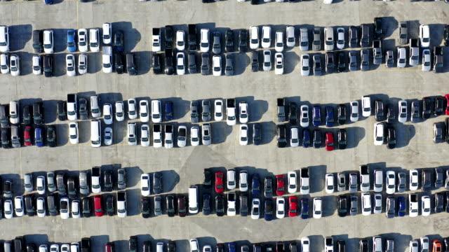 vídeos de stock e filmes b-roll de aerial view of parked cars - aluguer de automóveis