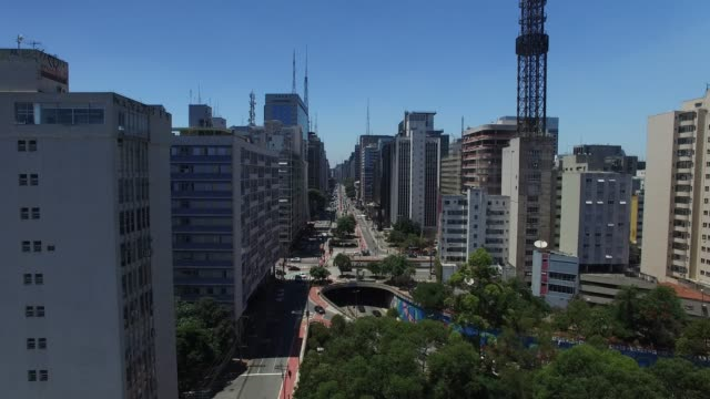 vídeos de stock, filmes e b-roll de vista aérea da avenida paulista - alto descrição geral