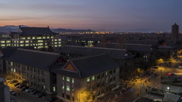 vídeos de stock, filmes e b-roll de t/l ws ha tu vista aérea da universidade de pequim, beijing, china, crepúsculo para a noite de transição - pequim