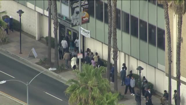 vídeos de stock e filmes b-roll de ktla aerial view of people in line for los angeles rams job fair - feira de emprego