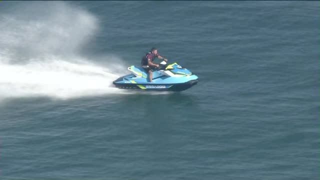 ktla aerial view of people jet skiing - acquascooter video stock e b–roll